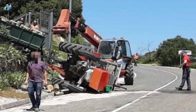 Un vecino de Abárzuza de 66 años sale ileso tras volcar su tractor en la NA-120