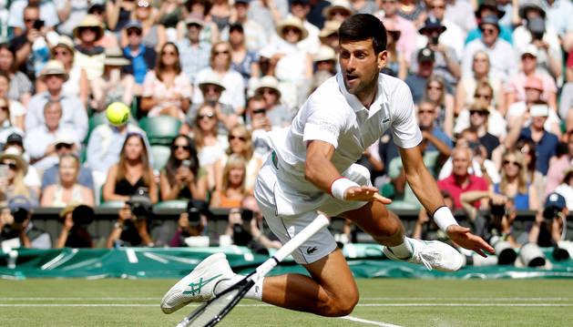 foto de El serbio Novak, defensor del título y número uno del mundo, durante la semifinal de Wimbledon