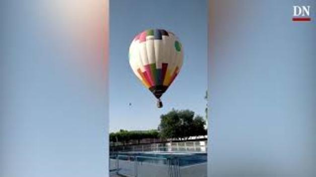 Un globo aterriza por sorpresa en las piscinas de Mutilva