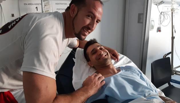 Alberto Limorti Martínez y César Alfonso Riquelme (en la camilla).