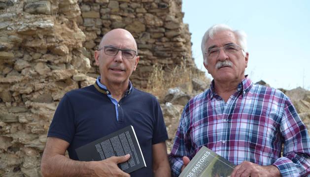 Foto de Agustín Garnica, a la izquierda, autor del libro, junto al último pastor de Lerín, Miguel Rodríguez, delante del denominado corral de Pitillas.