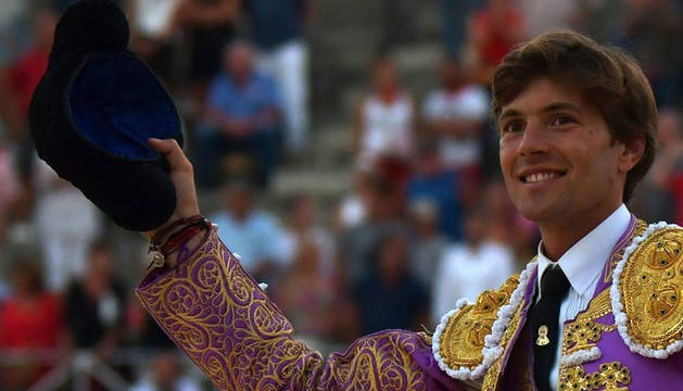 El diestro galo Juan Leal sale a hombros de la plaza de toros de Nimes.