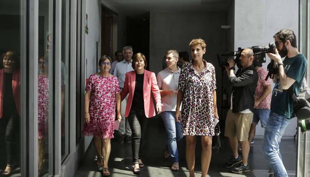 Foto de María Chivite (PSN), seguida por Marisa de Simón (I-E), Uxue Barkos (Geroa Bai) y Eduardo Santos (Podemos), el 5 de julio, tras alcanzar un acuerdo sobre el programa.
