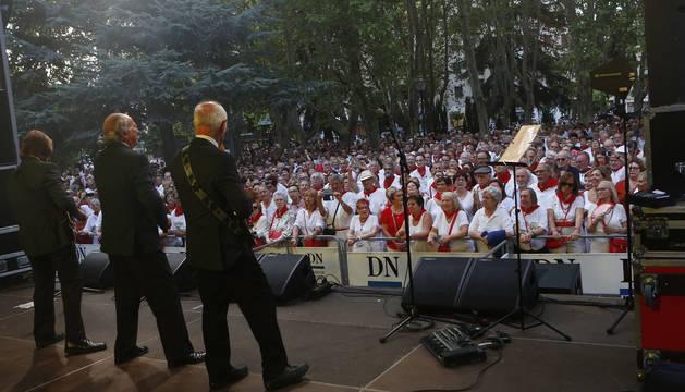 José Fontsere, Leslie y Juanjo Calvo (de espaldas, desde la izquierda), en la actuación ante el público de la plaza de la Cruz el viernes.