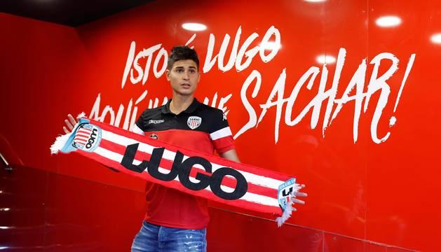 Jaume Grau, que pertenece a Osasuna, posa con la bufanda del Lugo.