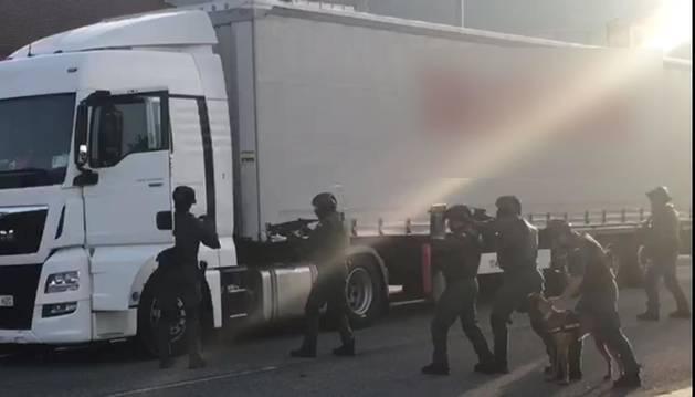El arrestado se encontraba en el interior de un camión aparcado frente al centro comercial del polígono de los Agustinos