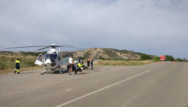 El herido, antes de subir al helicóptero para ser trasladado.