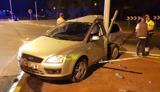 Estado en el que quedó el vehículo tras colisionar contra la farola.