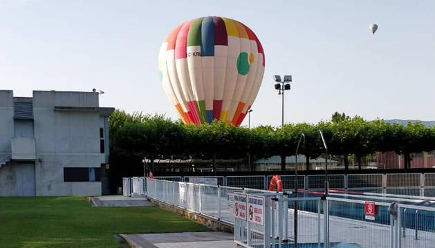 El globo aerostático posado en el campo de fútbol de las instalaciones deportivas del Valle de Aranguren.