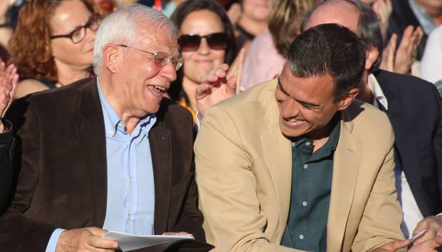 Foto de Sánchez y Borrell en el cierre de campaña, en Madrid.