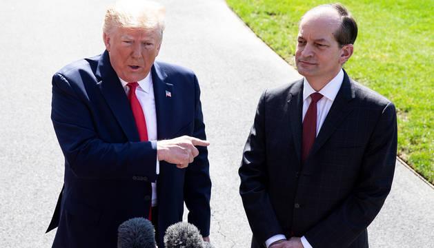 Trump, junto al ya exsecretario de Trabajo Alexander Acosta.