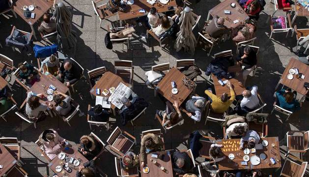 Imagen de una terraza llena de clientes disfrutando del buen tiempo.