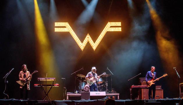 Un momento de la actuación de la banda estadounidense de rock alternativo Weezer.