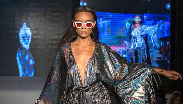 Una modelo luce en pasarela creaciones de Khasamarina y Alessadra Gold, en el Miami Swim Week 2019.