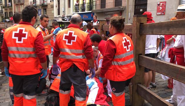 Los servicios de atención médica atienden a corredores en el puesto de Santo Domingo.