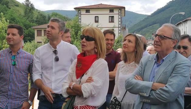 Familiares de José Javier Múgica junto al expresidente Miguel Sanz (dcha.) durante el homenaje en Leitza.