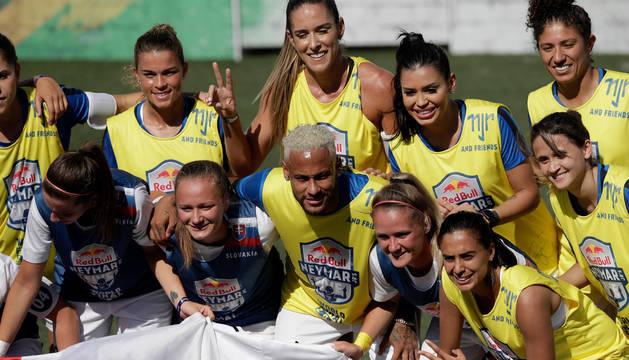 Neymar posa con las jugadoras del torneo Red Bull Neymar Jr's Five, en Praia Grande (Brasil).