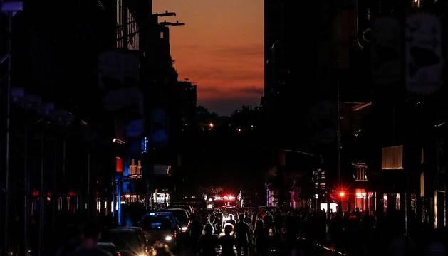 Ciudadanos salen a la calle cerca de Times Square.