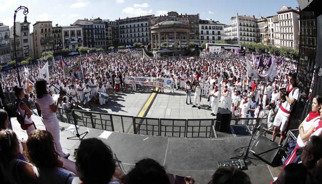 foto de Miles de personas han protestado en la Plaza del Castillo de Pamplona, contra la agresión sexual denunciada en la primera noche de San Fermín.