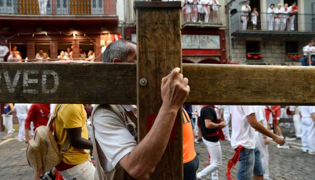 Un carpintero de Hermanos Aldaz afloja las tuercas de uno de los vallados del encierro.