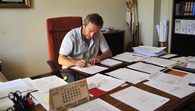 Jesús Arrizubieta, alcalde de Tafalla, trabaja en su despacho.
