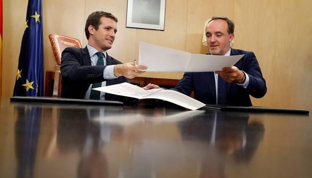 Casado (PP) y  Esparza (UPN), en la firma del acuerdo el día 2.