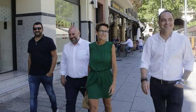 María Chivite, este lunes, por la Avenida Roncesvalles, junto a los socialistas Ángel Moleón, el delegado José Luis Arasti y Ramón Alzórriz.