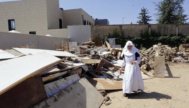 Las Hermanitas de los Ancianos Desamparados, en el Hogar Geriátrico San Francisco Javier de Tafalla, han limpiado de barro la planta baja, en una faena con más de 400 voluntarios
