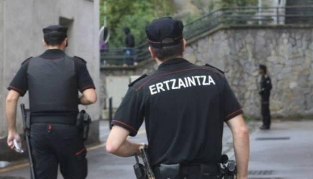 Foto de dos agentes de la Ertzaintza.