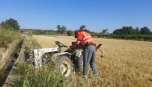 Foto de un agente de Policía Foral revisa el vehículo accidentado.