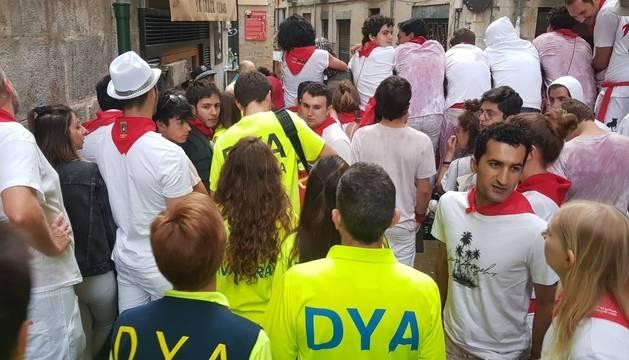 Foto de varios miembros de DYA Navarra por las calles de Pamplona durante los Sanfermines.