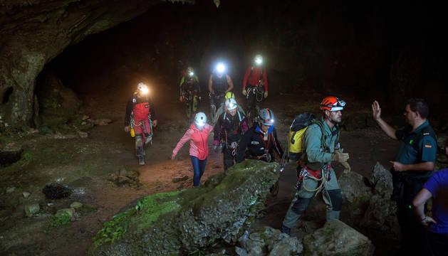 Las tres espeleólogas salen de la cueva acompañadas del equipo de rescate.