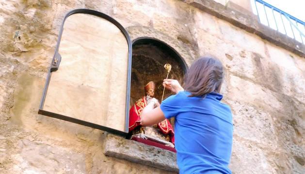 La habitual imagen de San Fermín regresa a la hornacina de la cuesta de Santo Domingo