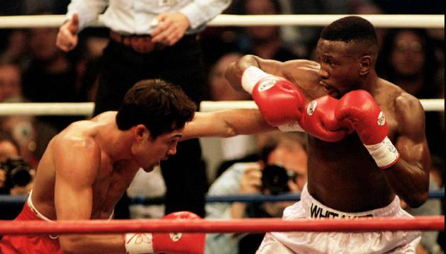 Oscar De La Hoya (izquierda) lanza un golpe en el cuerpo de Pernell Whitaker durante su pelea por el Campeonato WBC de peso welter en Las Vegas, el 12 de abril de 1997.