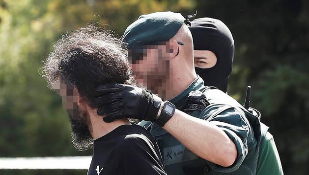 Dos agentes de la Guardia Civil tras detener al yihadista Allal El Mourabit en el polígono Agustinos de Pamplona