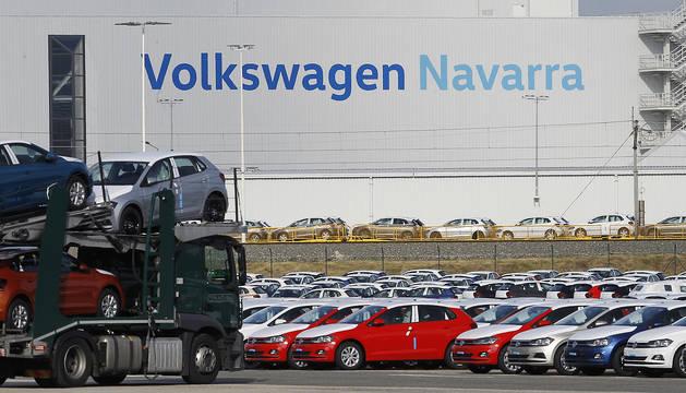 Vehículos aparcados en los exteriores de Volkswagen Navarra. El pasado año salieron 272.272 Polos de la fábrica.