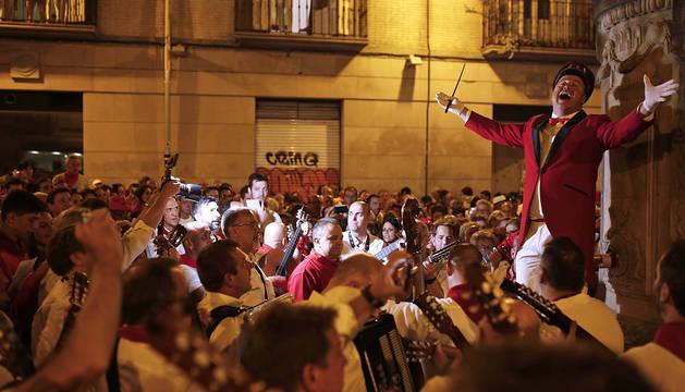Pablo de la Fuente dirige al público y a la Cofradía de San Saturnino en el Pobre de Mí de la Plaza del Consejo.