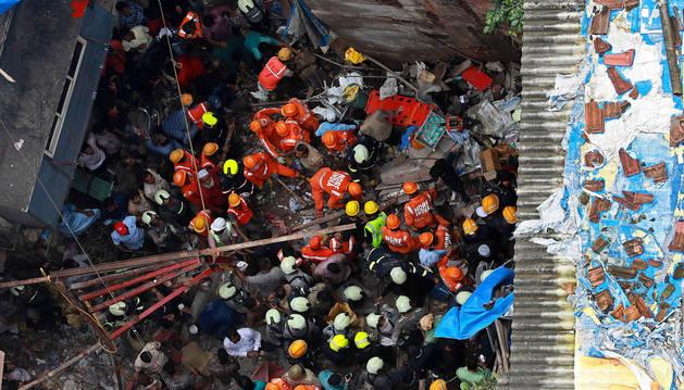 Los equipos de rescate trabajan en el sitio del edificio derrumbado en el área de Dongri en Bombay.