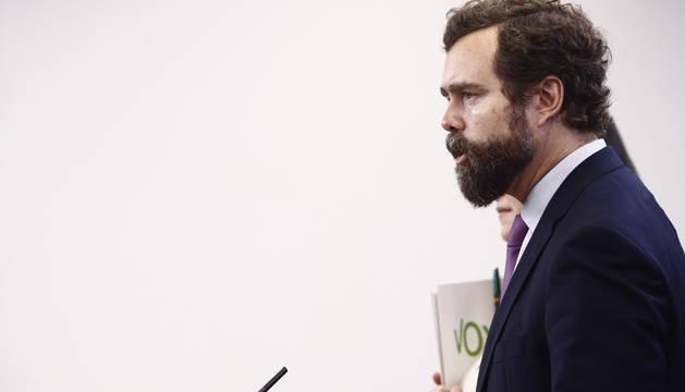 Foto del portavoz de Vox en el Congreso de los Diputados, Iván Espinosa de los Monteros, ofrece declaraciones a los medios de comunicación en la Cámara Baja.