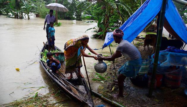 Una familia en una zona con refugiados tras el monzón en