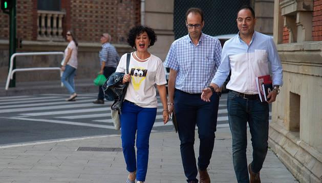 De izda. a dcha., Inma Jurío, Jorge Aguirre y Ramón Alzórriz a su llegada al Parlamento de Navarra.