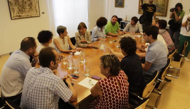 Inicio del encuentro en el Parlamento de Navarra.