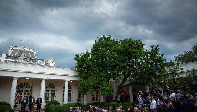Atardecer con nubes en Washington durante una rueda de prensa de Donald Trump en la Casa Blanca.