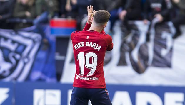 Kike Barja aplaude a la afición antes de ser sustituido durante un encuentro en El Sadar.