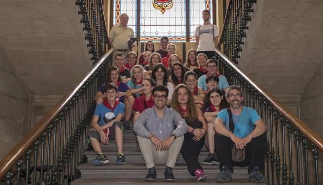 Foto de los estudiantes del programa Erasmus+ con el alcalde Gonzalo Fuentes en el ayuntamiento de Estella.