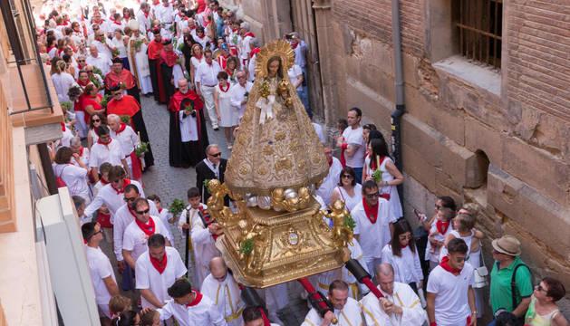 Foto de la procesión de Santa Ana 2018. La imagen de Santa Ana a su paso por la calle Portal, enfilando ya su paseo por el Casco Viejo de Tudela el día de su festividad.