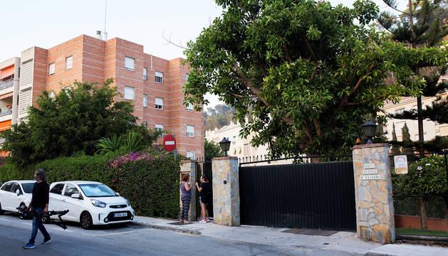 Fachada de la urbanización de El Limonar, en Málaga, donde se investiga un parricidio: