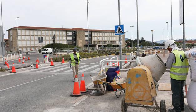 Operarios trabajan en uno de los pases de peatones del Liceo Monjardín.