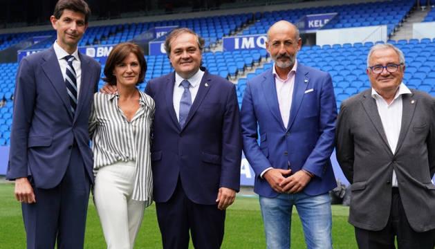 Aitor Fernández de Trocóniz (Alavés), Amaia Gorostiza (Eibar), Jokin Aperribay (Real Sociedad), Aitor Elizegi (Athletic de Bilbao) y Luis Sabalza (Osasuna), en el césped de Anoeta.