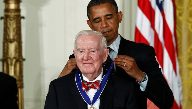 El expresidente Barack Obama impone una medalla al exjuez John Paul Steven en 2012